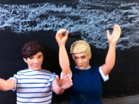 """Estos son Nialler y Loui """"bailando"""" en el auto"""